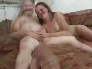 बूढ़े आदमी कर रही महिला