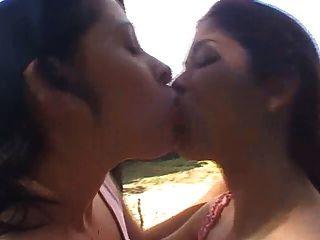 tatthy और मरियम चुंबन