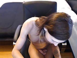 प्यारा पतला tranny आदर्श के साथ मुंडा # 2 मुर्गा खेल रहे स्तन