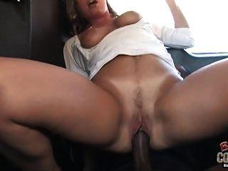 सफेद माँ जॉय लिन पीछे की सीट पर नहीं उसके काले बेटे द्वारा इस्तेमाल किया