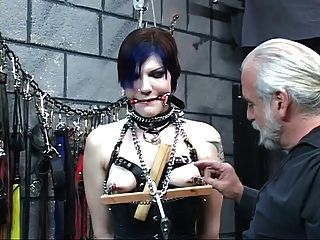कोर्सेट में भव्य युवा आंखों पर पट्टी श्यामला मास्टर लेन द्वारा अत्याचार किया जाता है
