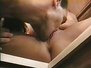 हॉट जोड़ी रसोई घर में उनके सेक्स का आनंद ले रहे