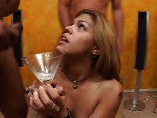 चेरी सह के एक बहुत पीते गुलाब