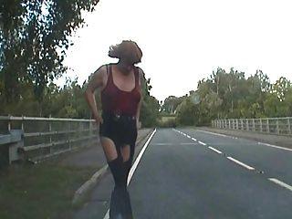 झो एक वैन चालक द्वारा सड़कों पर उठाया