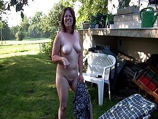 Clotilde बगीचे में नग्न