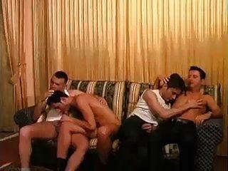 कामुक समलैंगिक प्रेमियों सोफे पर मुश्किल बकवास