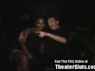 आबनूस पत्नी एक ताम्पा अश्लील थिएटर में अजनबियों से बाहर देखते