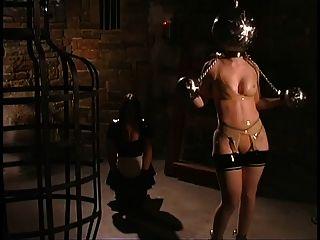 लेटेक्स देवी और उसकी नौकरानी एक नए पैकेज प्राप्त
