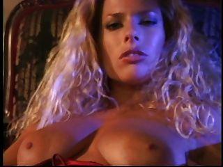 गर्म गोरा उसे अद्भुत स्तन और उंगलियों उसे तंग मुंडा बॉक्स की मालिश
