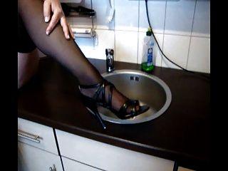 जर्मन दादी बिल्ली और रसोई घर में स्तन के साथ खेलता है
