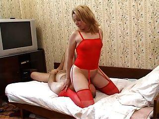 लाल रंग में महिला muffdiving
