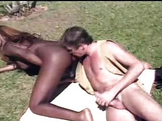 सफेद आदमी स्वाद काले tranny बट आउटडोर