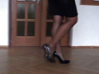 उच्च ऊँची एड़ी के जूते में अपने पैर