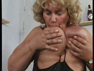 जर्मन बीबीडब्ल्यू दादी खुद को जोर से masturbates