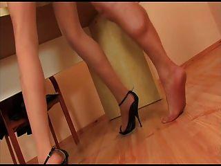 काले ऊँची एड़ी के जूते के साथ Pantyhose लड़की गड़बड़ हो रही है