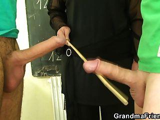 विकृत पुराने शिक्षक दो जवान लंड लेता है