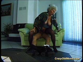 पागल पुराने माँ बड़ा मुर्गा हो जाता है मौखिक और बिल्ली गहरी में