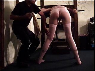 काले बालों आकर्षक उसे गधा एक चप्पू द्वारा spanked हो जाता है