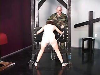 युद्ध का प्यारा श्यामला कैदी यातना पूछताछ से पहले नग्न छीन लिया है