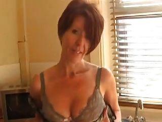 सेक्सी milf रसोई घर में बंद से पता चलता