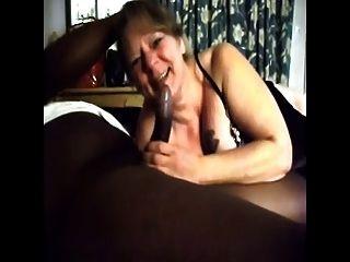 सफेद दादी बीबीसी के लिए blowjob देता है