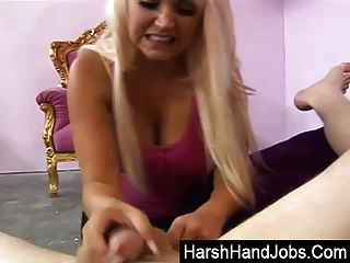 एमी एंडरसन एक कठोर handjob देता है