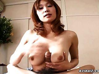 जापानी गृहिणी ऐ कुरोसावा सही एक blowjob देता है