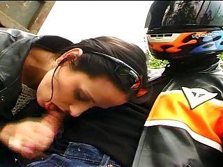 फ्रेंच लड़की बाइकर बंद खत्म blowjob के बाद