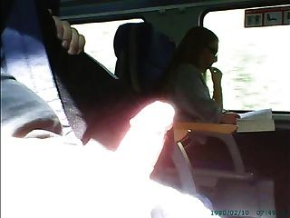 ट्रेन पर चश्मा में लड़की के सामने हस्तमैथुन