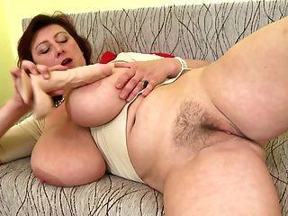 भारी स्तन और सही परिपक्व के साथ भव्य परिपक्व माँ