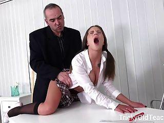 मुश्किल पुराने शिक्षक - सेक्सी युवा लड़कियों को बहुत भाग्यशाली हैं