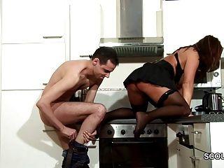 कदम-बेटे के साथ छेड़खानी मोज़ा पर बकवास करने के लिए गर्म महिला माँ और सह
