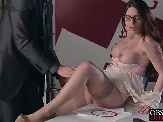 वेरोनिका व्यर्थ उसकी सख्त मालिक से कार्यालय में एक लोड हो जाता है