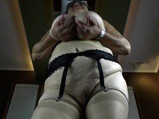 बड़ी saggy स्तन और भूख योनी के साथ पुराने दादी