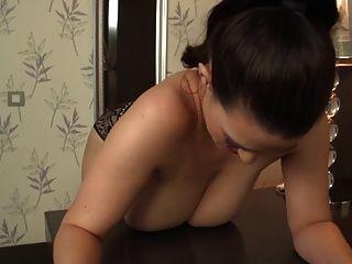 बड़े स्तन के साथ महिला अपने बालों छेद बकवास