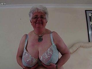 खुद के साथ बिग छाती ब्रिटिश दादी प्लेइंग
