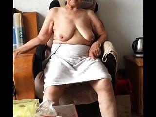 स्नान के बाद एशियाई 80 + नानी