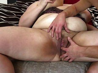 बड़ा परिपक्व माँ चूसना और युवा भाग्यशाली लड़का बकवास
