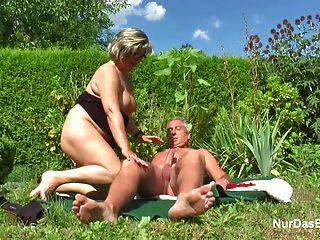 जर्मन दादा और दादी बगीचे में बकवास मुश्किल