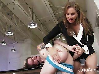stepmom जूलिया ऐन पिछवाड़े में सौतेले बेटे fucks!