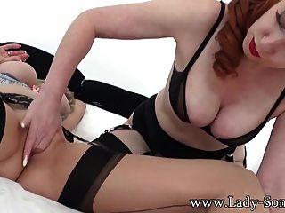 एमआईएलए लाल XXX के साथ गर्म समलैंगिक यौन संबंध में लेडी सोनिया