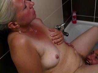 लवली परिपक्व माँ उसके बालों योनी में युवा मुर्गा हो जाता है