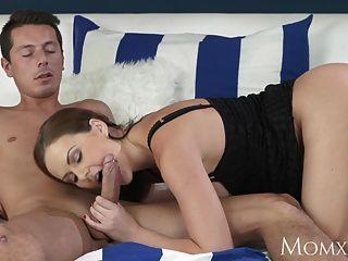 माँ शरारती बड़े स्तन milf उसे अंदर गहरी एक बड़ा शाफ्ट लेता है
