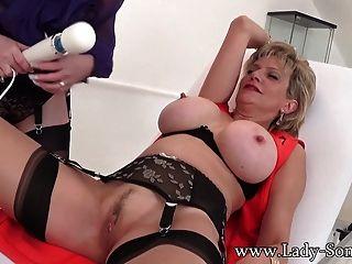 एमआईएलए दोस्त लाल XXX बाध्य लेडी सोनिया बिल्ली n स्तन के साथ खेलता है