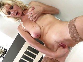 Saggy स्तन और प्यास योनि के साथ सेक्सी बूढ़ी माँ