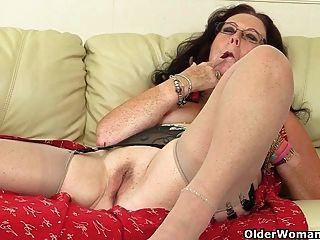 ब्रिटिश दादी Zadi एक dildo के साथ खुद को fucks