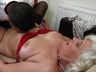 पुराने नानी दादी छेद में युवा मुर्गा लेता है