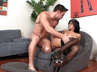 मोज़ा और ऊँची एड़ी के जूते में लैटिन परिपक्व एमआईएलए सोफे पर fucks