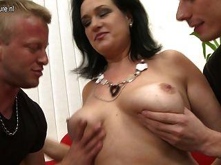 सेक्सी माँ चूसना और उसके बेटे और बेटा भाड़ में जाओ