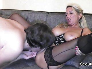जर्मन माँ बड़ा मुर्गा के साथ युवा लड़का